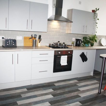 Rent this 5 bed apartment on Glyn Avenue in Doncaster, DN1 2HG