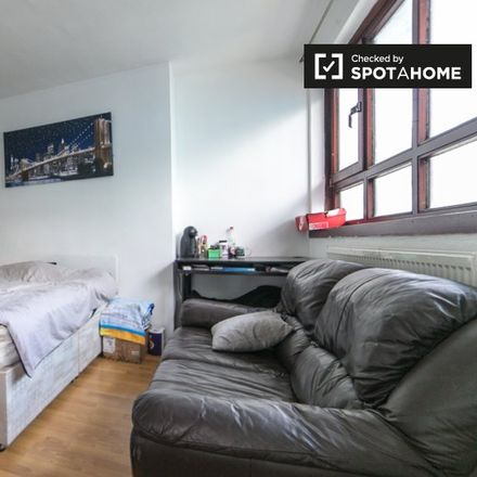 Rent this 5 bed apartment on London N4 2NX