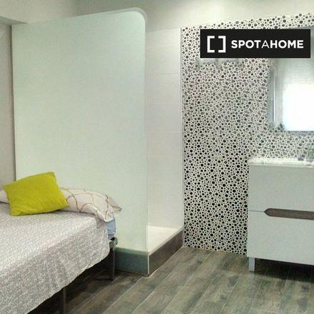 Rent this 3 bed room on Poliesportiu Verge del Carme - Beteró in Carrer de Campillo de Altobuey, 1