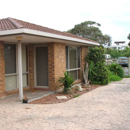 Rent this 2 bed townhouse on 4/39 BERGIN GROVE