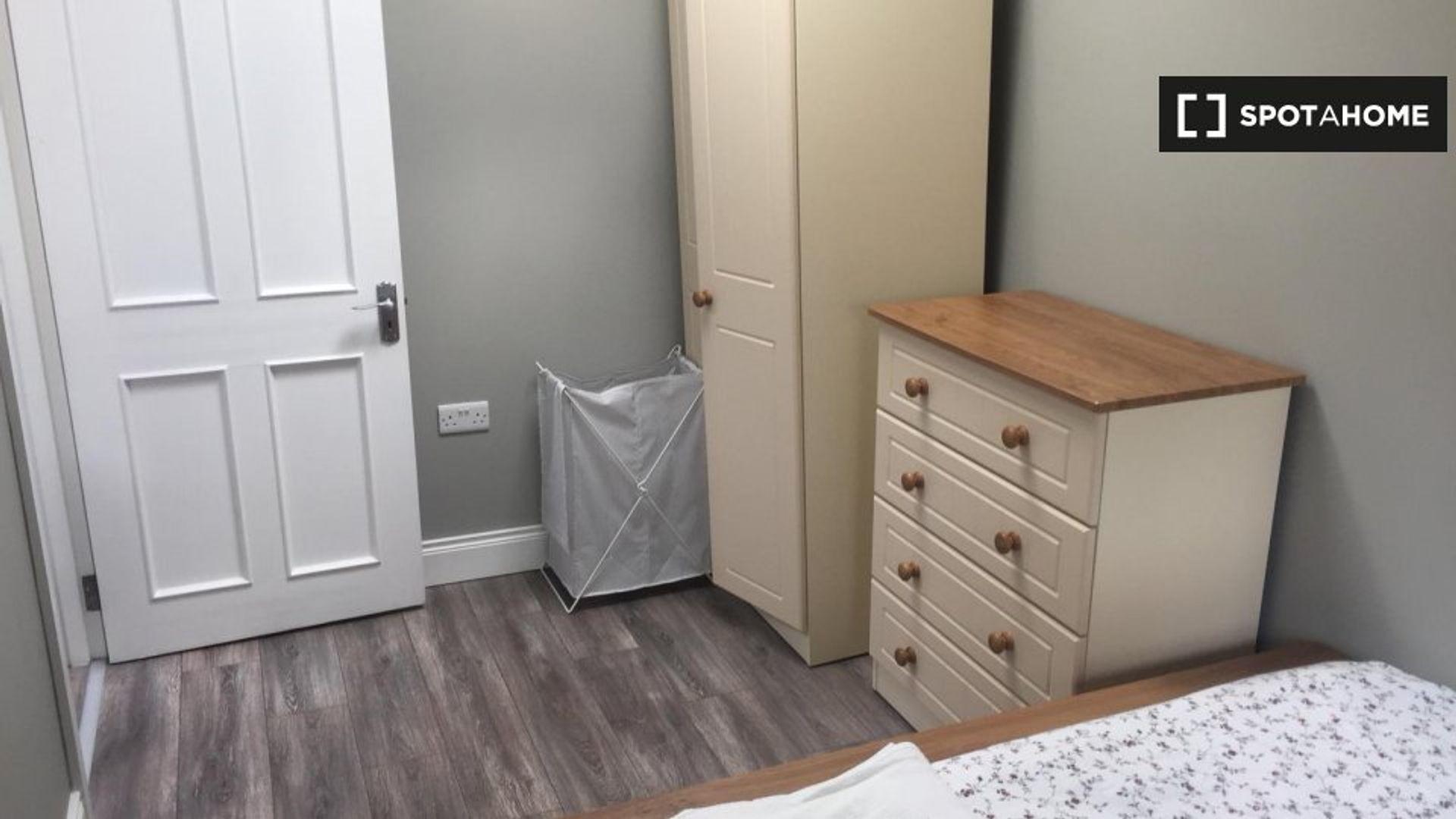 Room in 4-bed apt at Hillside Farm, Lambay Road ...