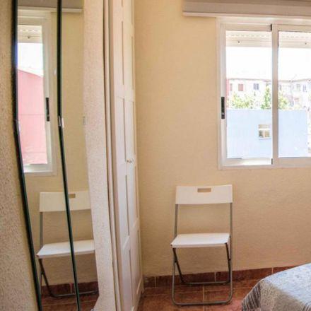 Rent this 5 bed room on Carrer de Vicent la Roda in 25, 46011 Valencia