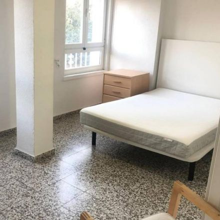 Rent this 4 bed room on Alicia Bravo in Calle de Felipe II, 6