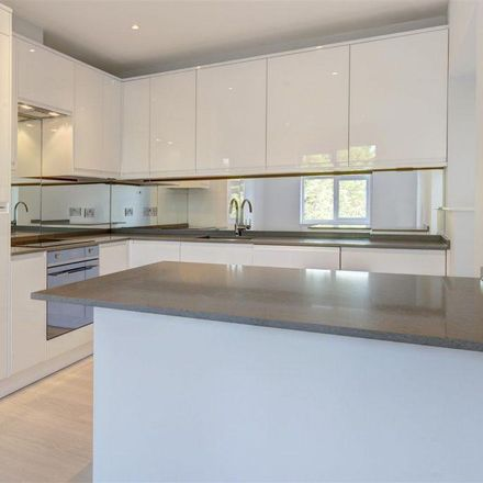 Rent this 5 bed house on St Theresa's RC Primary School in Basing Way, London N3 3BY