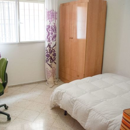 Rent this 4 bed room on Calle Luis Montoto in 83, 41018 Sevilla