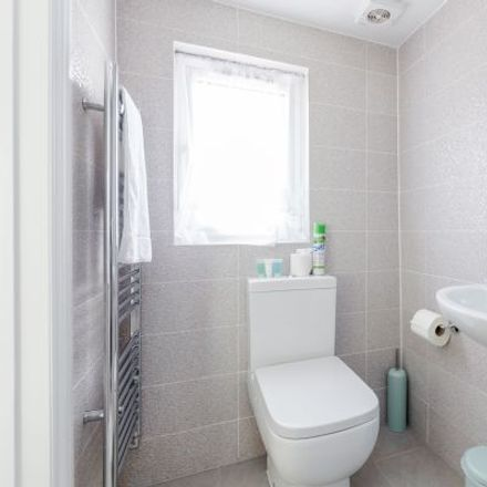 Rent this 6 bed apartment on Ellis Avenue in London RM13 9TR, United Kingdom