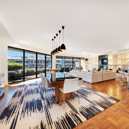 Rent this 3 bed apartment on Woolloomooloo