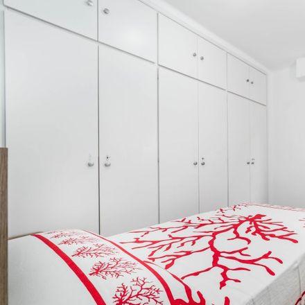 Rent this 5 bed room on Colegio Pureza de Maria in Avinguda del Cid, 142