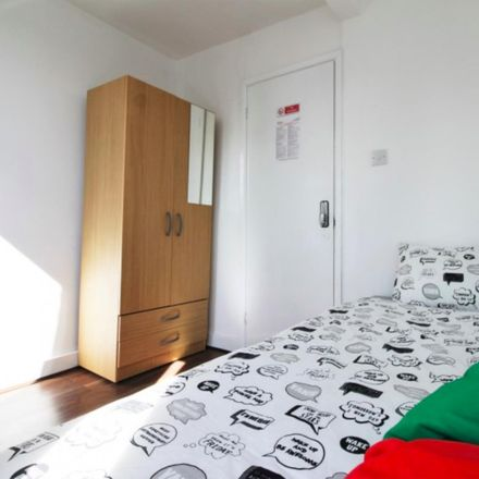 Rent this 5 bed room on London E14 8SJ