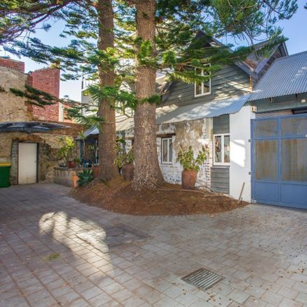 Rent this 2 bed townhouse on 7/93 High Street