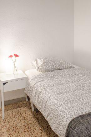 Rent this 4 bed room on Carrer de Sant Antoni Maria Claret in 108, 08025 Barcelona