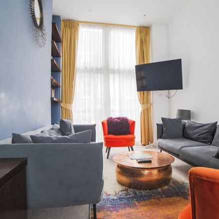 Rent this 4 bed apartment on The Cambridge St. Kitchen in Cambridge Street, London SW1V 4QQ