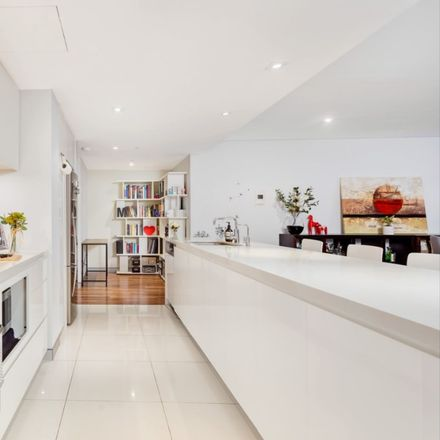 Rent this 3 bed apartment on 6/45 Chandos Street