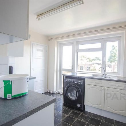 Rent this 3 bed apartment on London N3 1YJ