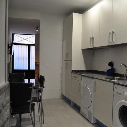 Rent this 4 bed room on Calle de las Peñuelas in 34, 28005 Madrid
