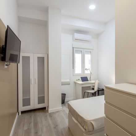 Rent this 6 bed room on Centro de Educación Permanente de Adultos de Burjassot in Calle José Carsí, 10
