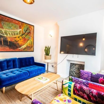 Rent this 3 bed apartment on 62 Queen's Head Street in London N1, United Kingdom