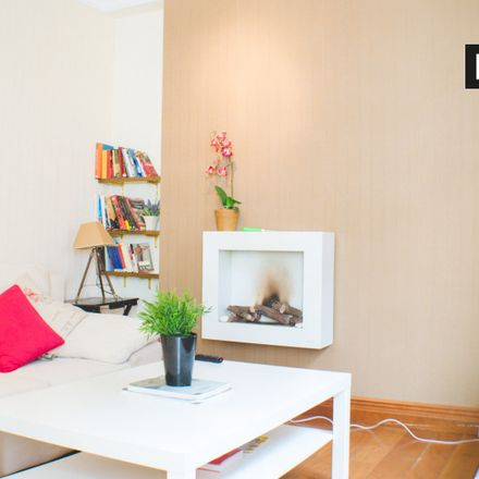 Rent this 1 bed apartment on Bruno Paoli bolsos-zapatos in Calle de la Infanta Mercedes, 28001 Madrid