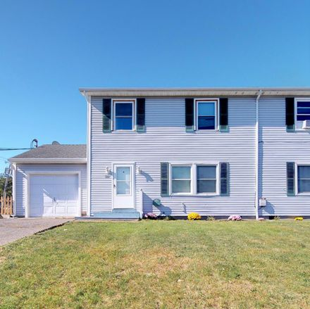 Rent this 3 bed duplex on Roosevelt Ave in Toms River, NJ