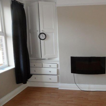 Rent this 2 bed house on Cleckheaton Moor End W.M.C Crown Green Bowls Club in Victoria Street, Kirklees BD19 3SX