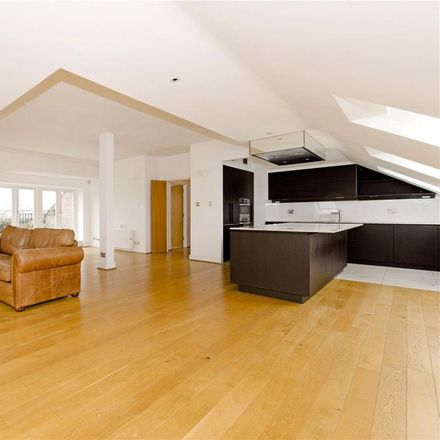 Rent this 3 bed apartment on Chelsea Court in 1-17 Melville Place, London N1 8NF