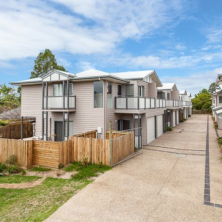 Rent this 3 bed townhouse on Petrie
