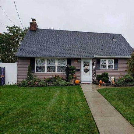 Rent this 3 bed house on 2 William Street in Copiague, NY 11726