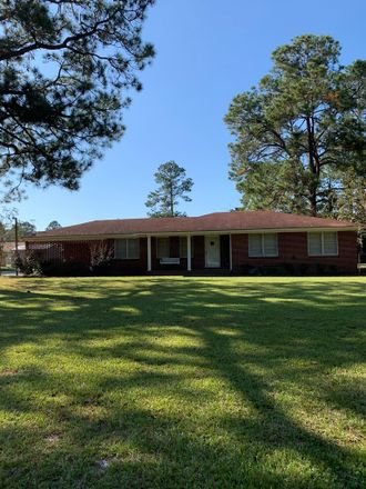 Rent this 4 bed house on Bellview Cir in Hazlehurst, GA