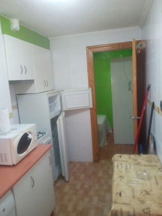 Rent this 2 bed room on Calle Cabrera numero 19 30203