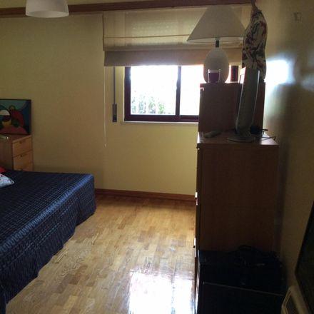 Rent this 2 bed room on Rua Professor Celestino da Costa in 2740-122 Talaíde, Portugal