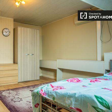 Rent this 3 bed apartment on Chaussée de Louvain - Leuvensesteenweg 708 in 1210 Saint-Josse-ten-Noode - Sint-Joost-ten-Node, Belgium
