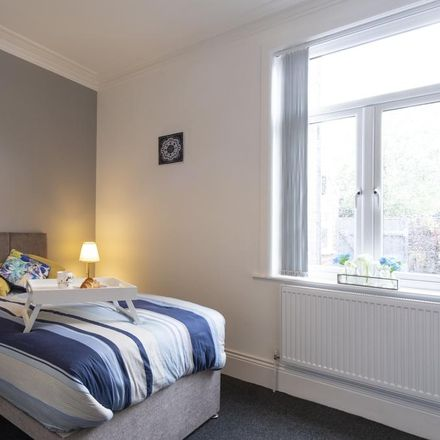 Rent this 6 bed room on Turf Close in Royton OL2 6HA, United Kingdom