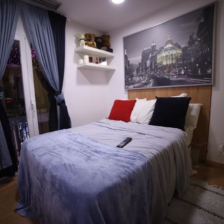 Rent this 3 bed room on Calle de Fuencarral in 10, 28004 Madrid