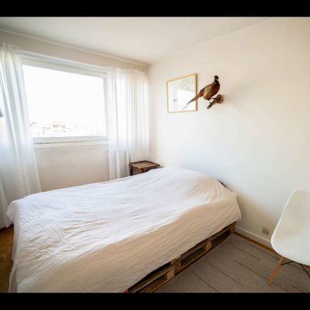 Rent this 3 bed room on Au Métro in Rue Raymond Losserand, 75014 Paris