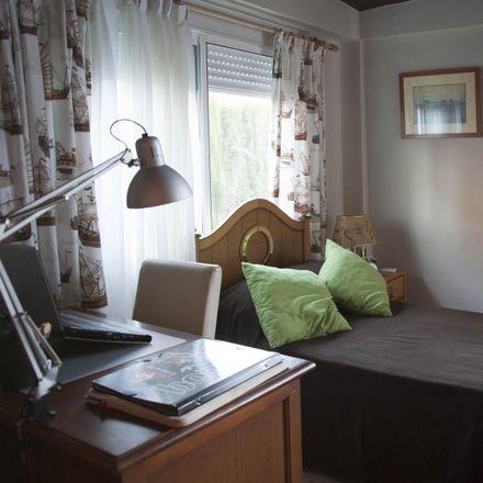 Rent this 7 bed room on Clínica Dental Paraíso in Calle Arcipreste de Hita, 41080 Seville