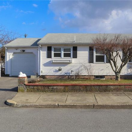Rent this 3 bed house on 162 Ridgewood Road in Pawtucket, RI 02861