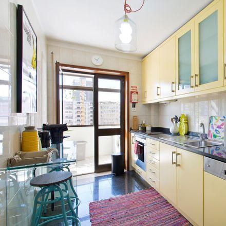 Rent this 2 bed room on Yellow House in Rua de João das Regras, 4000-120 Cedofeita