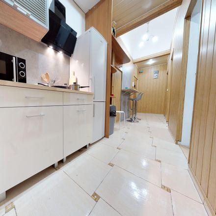 Rent this 5 bed room on Stanisława Noakowskiego 10 in 00-666 Warsaw, Poland