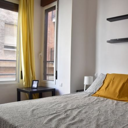 Rent this 3 bed room on Divela Novias in Carrer de Padilla, 46002 Valencia