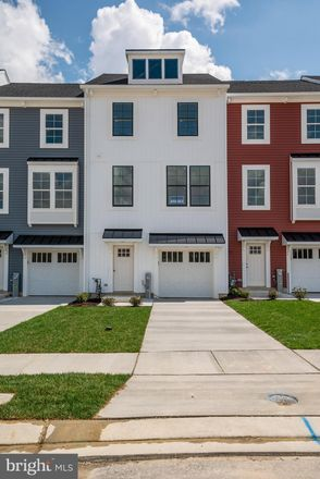 Rent this 3 bed townhouse on Parkville