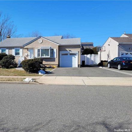 Rent this 3 bed house on Knickerbocker Rd in Plainview, NY