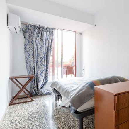 Rent this 8 bed apartment on Doner Kebab Tussar in Carrer de Cortes d'Arenós, 46014 Xirivella