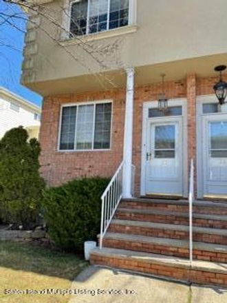 Rent this 3 bed townhouse on 22 Knight Loop in New York, NY 10306