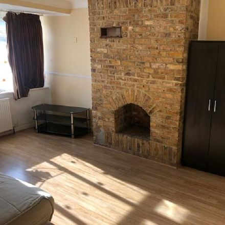 Rent this 2 bed apartment on Palaeolithic Implement in Northcroft, Britwell SL2 1HP