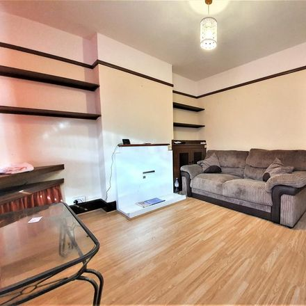 Rent this 3 bed house on Saint Saviour's Church in Russell Street, Luton LU1 5HG