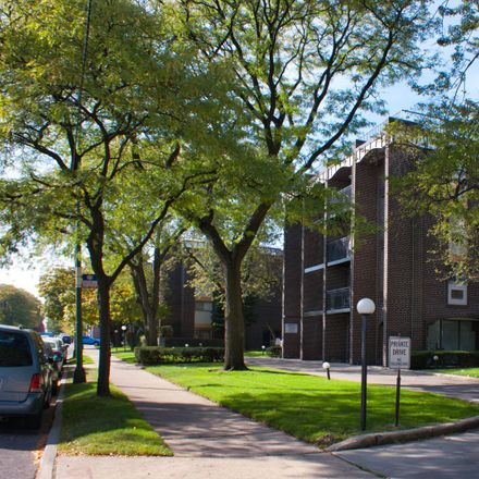 Rent this 2 bed condo on 6800 North California Avenue in Chicago, IL 60645