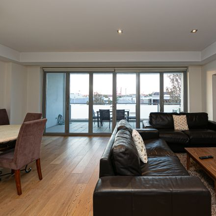 Rent this 3 bed apartment on 185 High St