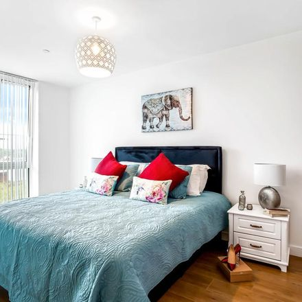 Rent this 2 bed apartment on Bracknell RG12 1DS