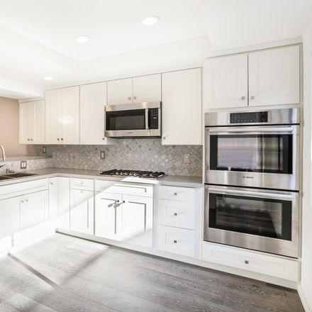 Rent this 3 bed townhouse on 13050 Mindanao Way in Marina Del Rey, CA 90292