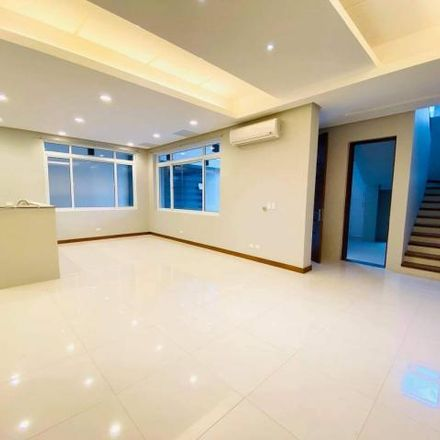 Rent this 5 bed house on QCYLP955NP7 in Kaingin Road, Quezon City
